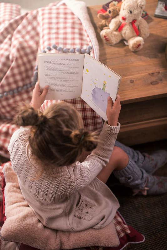 dziewczynka siedzaca na poduszkach story time